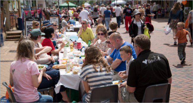Bicester Big Lunch 2017 offers feast of food, entertainment and community.