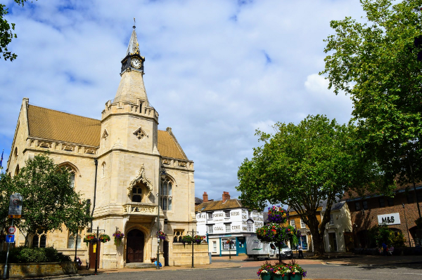 Banbury town hall will glow green on Monday (21 September) to boost waste recycling and sustainability.