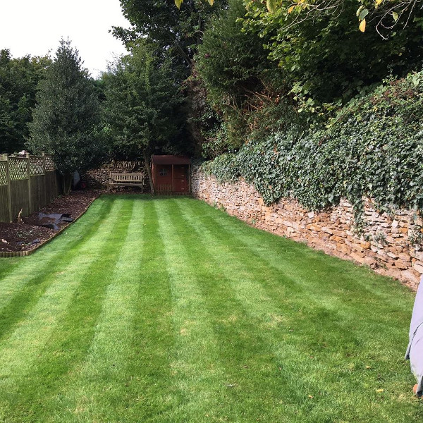 Provide a grass cutting service to all private domestic and commercial customers on a 20 mile radius of Banbury, Oxfordshire.